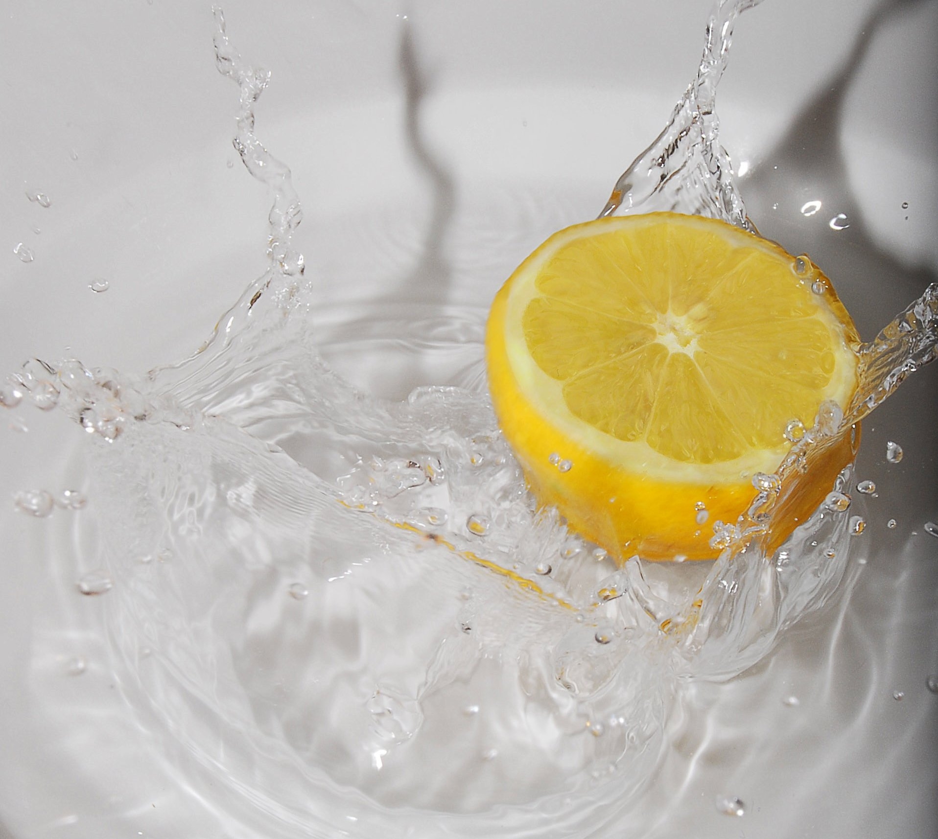 5 REASONS to drink LEMON WATER first in the morning